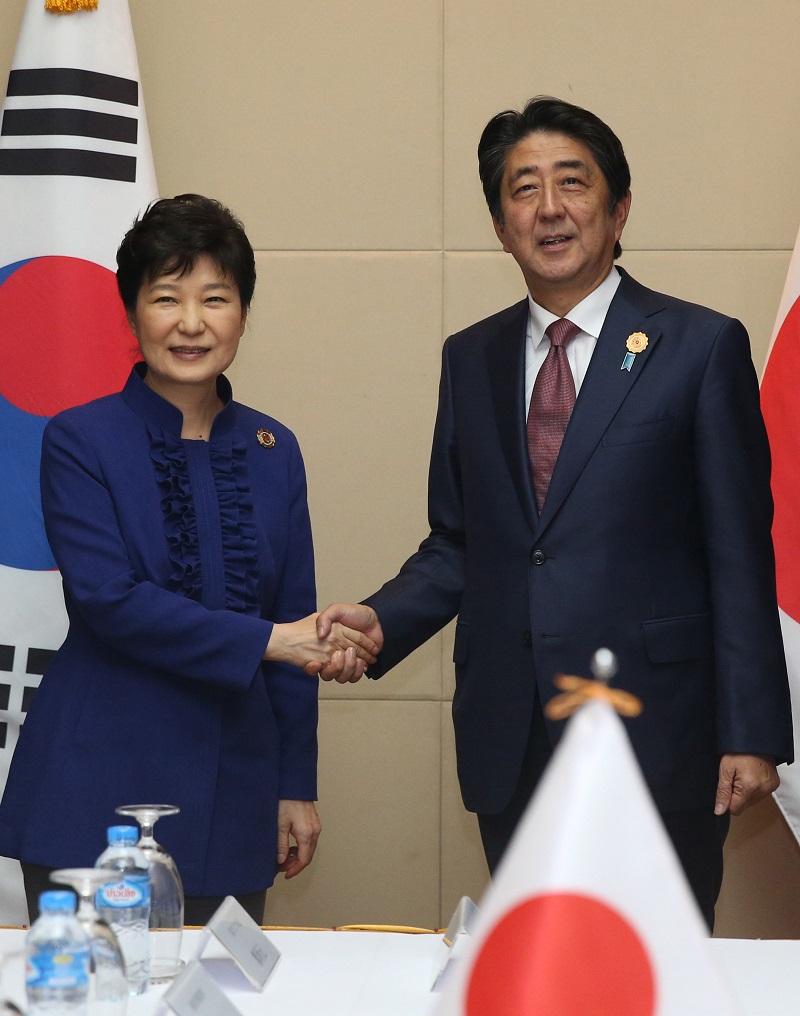 ASEAN+3 정상회담 참석차 라오스를 방문중인 박근혜 대통령과 아베 신조 일본 총리가 7일 오후(현지시간) 라오스 비엔티안 국립컨벤션센터에서 정상회담 전 악수하고 있다. 2016.09.06